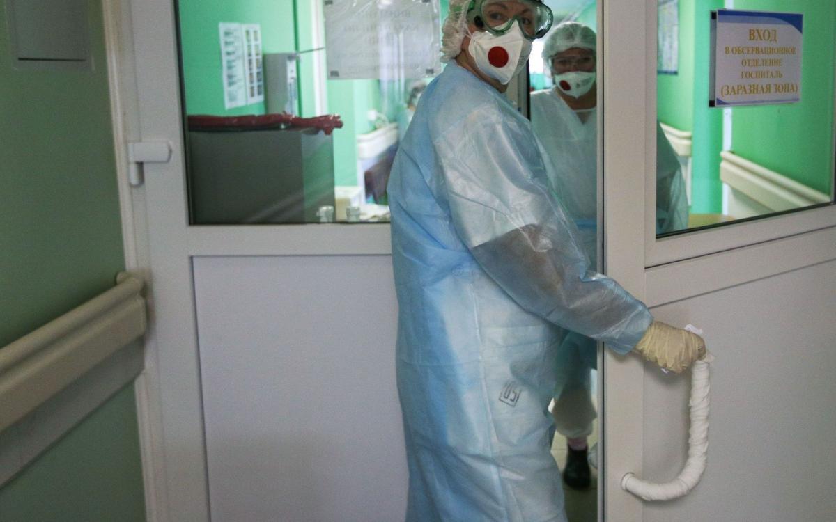 больница карантин врач в маске