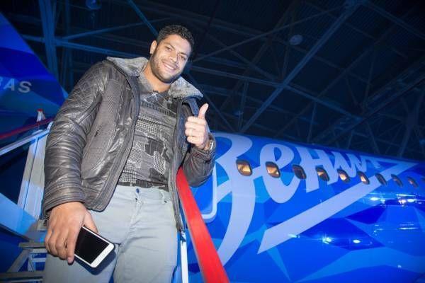 Футболисты Зенита-2 безудержно веселили стюардессу в самолете