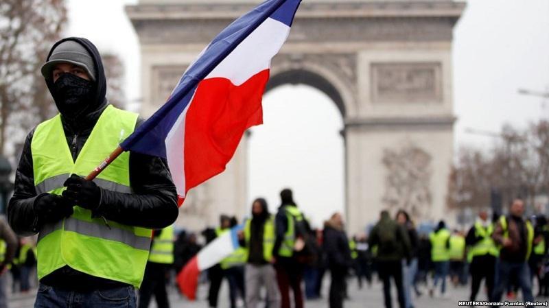 В Париже бушуют «желтые жилеты»: есть пострадавшие