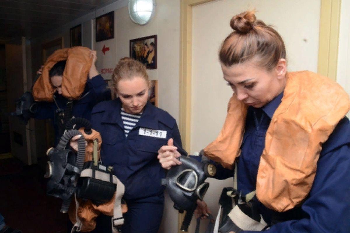 женский экипаж патрульного катера фото