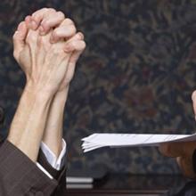 Женщина просит начальство о прибавке к зарплате