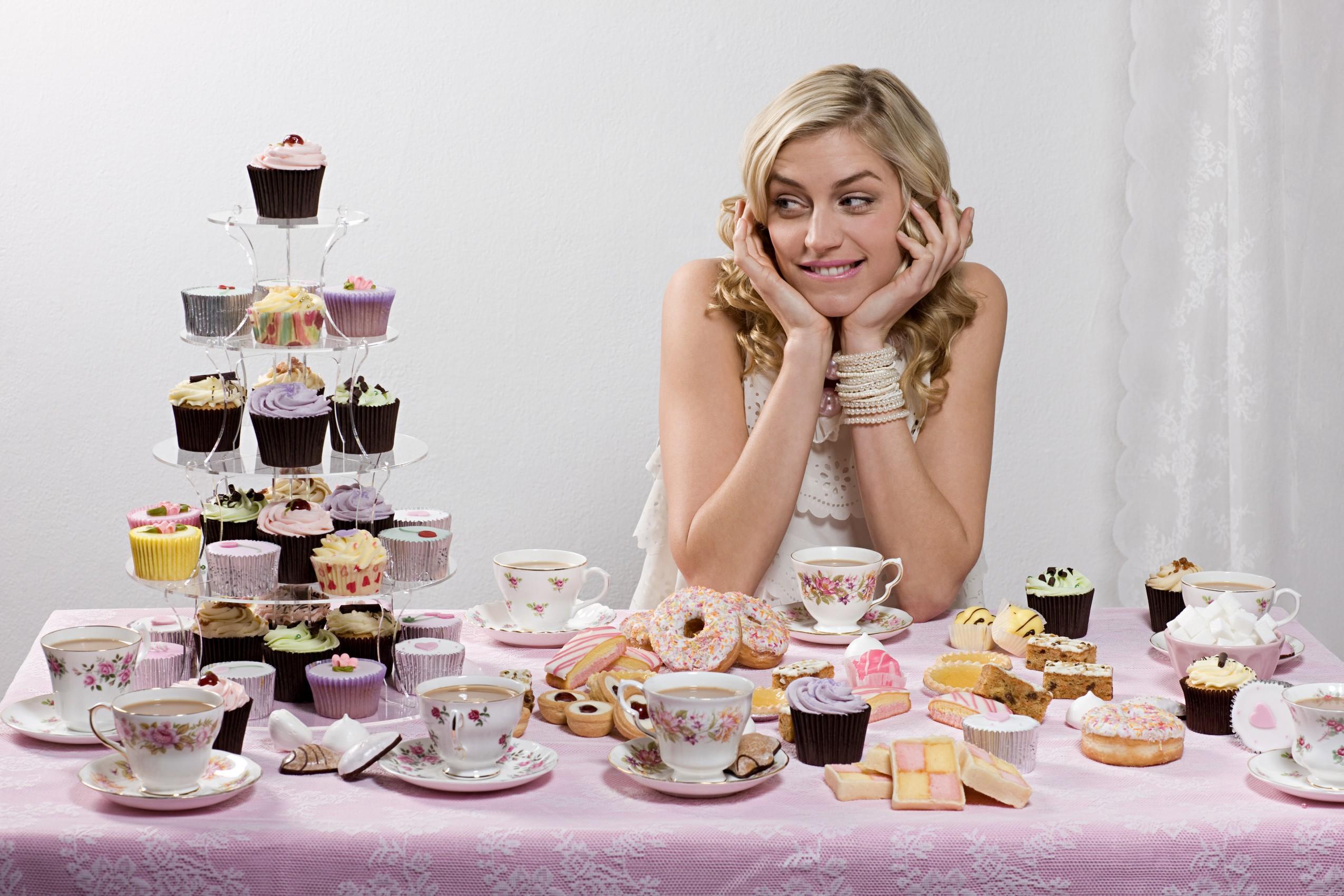 Девушка с пирожными