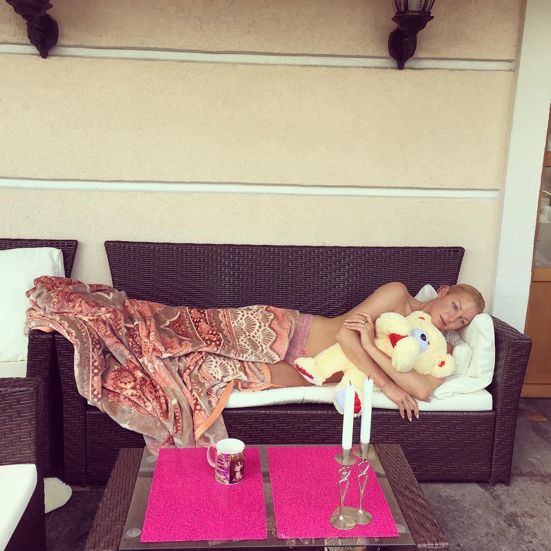 Голая Анастасия Волочкова с плюшевым мишкой сделала шпагат на стульях