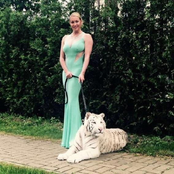 Волочкова пришла на свадьбу без бюстгальтера